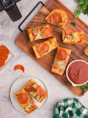 Easy-to-make and delicious french bread pizza in air fryer
